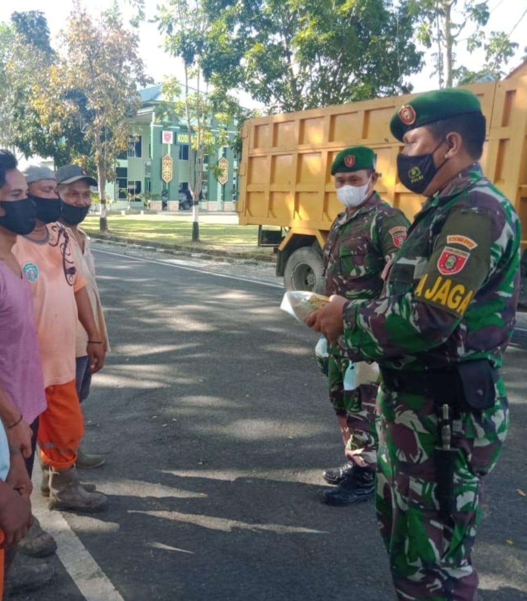 Jum'at Berkah, Kodim 0913/PPU Berbagi Kepada Petugas DKPP