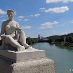 Place Jean de la Fontaine : statue féminine