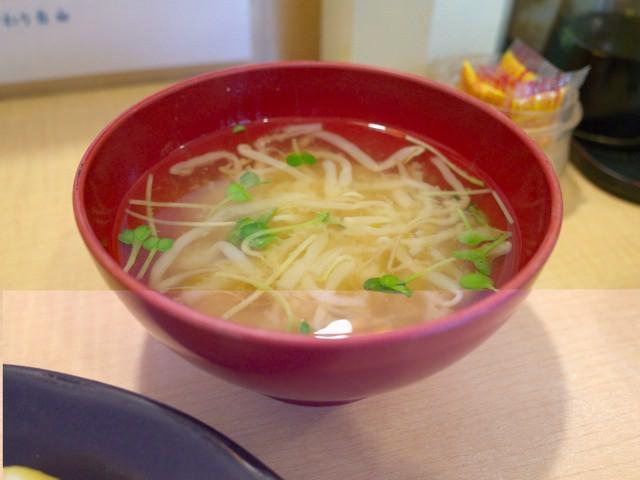 お椀に入れられたモヤシ入りの味噌汁