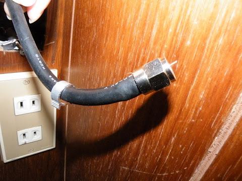 同軸ケーブルにF接栓を差し込む