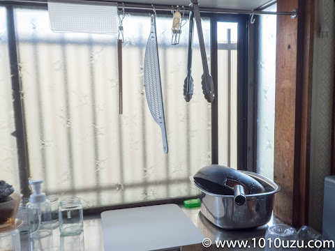 出窓に設置したバーにかけたものの水滴も吸ってくれる