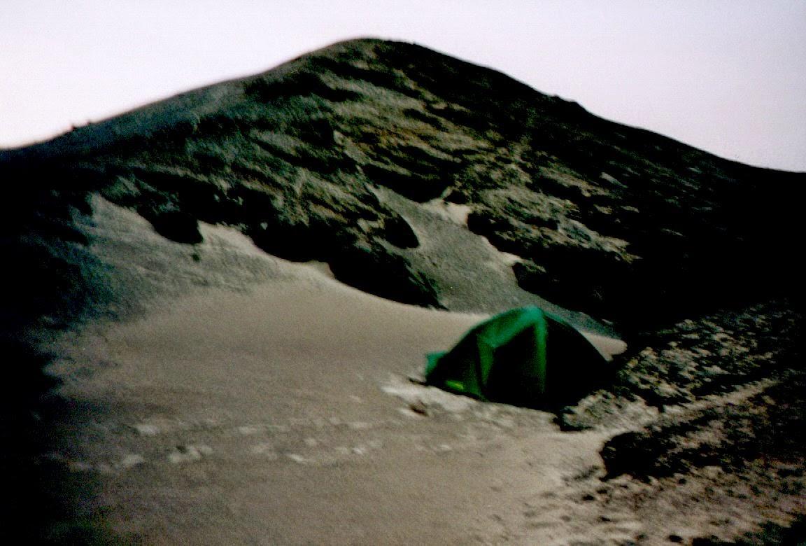Das Zelt, leicht vom Wind deformiert