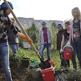 Пока мальчики строят дорожку, девочки готовят плодородную землю для клумб