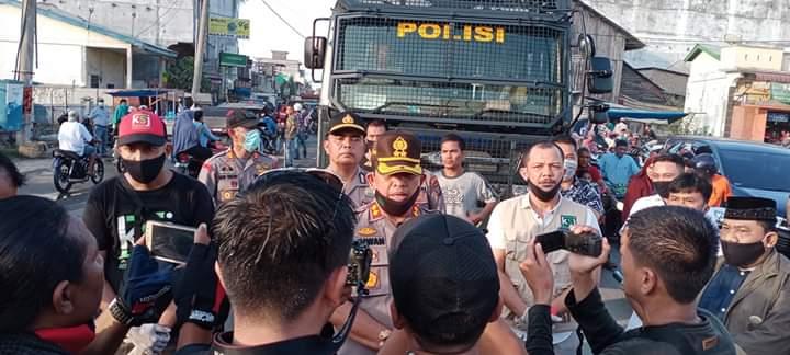 Kapolres BB AKBP H. Ikhwan Lubis Pimpin langsung Bagi-Bagi Masker Gratis dan Penyemprotan Disinfektan di Tanjung Tiram