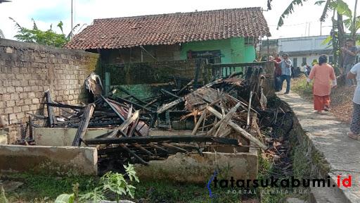 Kebakaran di Cicurug 1 unit bangunan rumah petak ludes terbakar / Foto : Rapik Utama (5/1/2019)