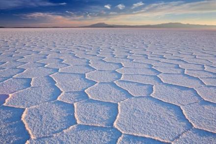 Salar de Uyuni : Η αλατισμένη έρημος στην νοτιοδυτική Βολιβία που μοιάζει σαν μια τεράστια έκταση σκόνης διαμαντιών