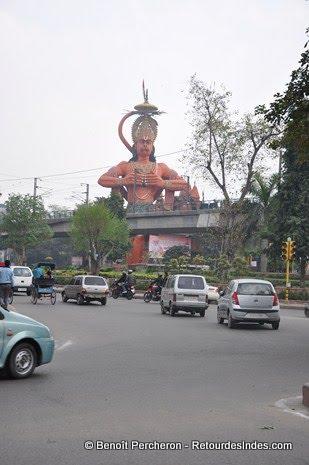 Temple dédié à Hanuman au pied du métro Jhandelwalan, Karol Bagh, Delhi