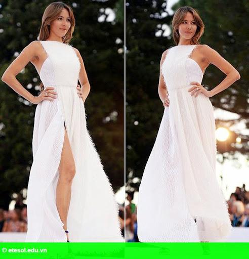Hình 6: Vợ Button lộ quần lót vì váy xẻ tà quá cao