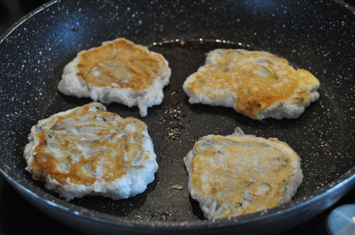 Hot Girls Cooking, Whitebait patties, New Zealand's seasonal treat!,  New Zealand (NZ) Cooking, Cooking for real. 新西兰烹饪,配有照片的食谱教程