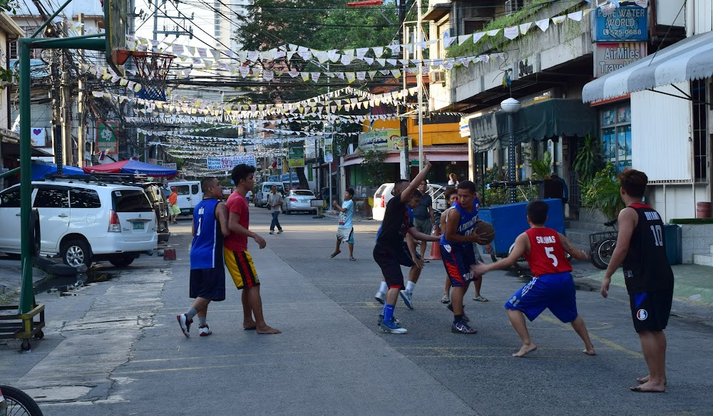 Walking the streets of downtown Manila (and yes, it is far much more ghetto than expected, never been to an Asian country quite  like this one)... in a country so basketball-crazy as the Philippines, there are street games going on everywhere.