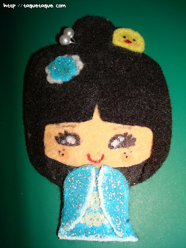 broche DIY OOAK fieltro: kokeshi azul celeste