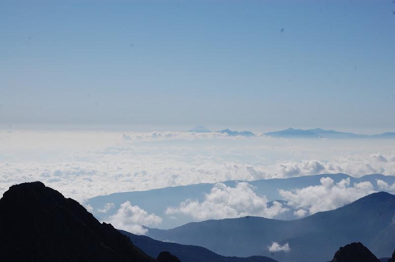 その右手遠くに富士山が