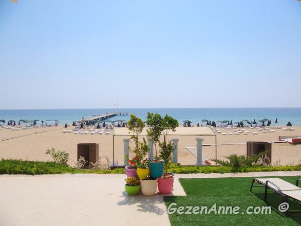 Kaya Artemis otelin kum plajı ve denizi, Kıbrıs