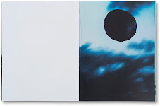 zwarte cirkel tegen vage achtergrond van golven