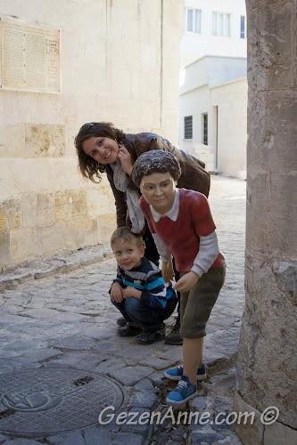 Gaziantep Oyuncak Müzesi önünde saklanırken