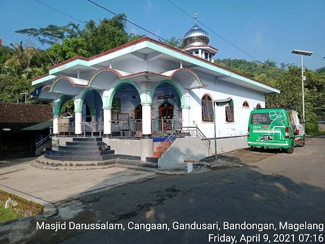 Bersih masjid di Masjid Darussalam, Cangakan, Gandusari, Bandongan, Kab Magelang