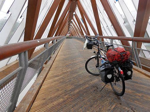 Chris on the Bike mit dem Panther Dominance Trekking auf der Rad- und Fußgängerbrücken (1988) über den Neckar: seinerzeit die größte freitragende Holzbrücke Europas