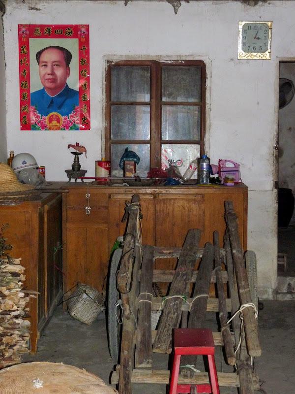 Intérieur d une maison.Ici Mao n'est pas mort...