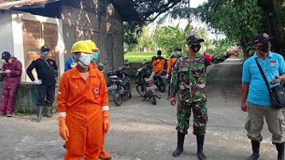 Babinsa Koramil 09 Jetis Melaksanakan Pendampingan Penyemprotan Disinfektan Di Rumah Warga Positif Covid 19