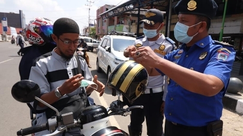 HUT Damkar di Kota Payakumbuh, Diwarnai Aksi Bagi-bagi Masker.