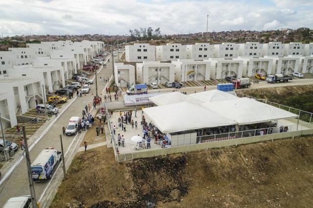 Prefeitura de Gravatá entrega casas às famílias sorteadas pelo Programa Casa Verde e Amarela.