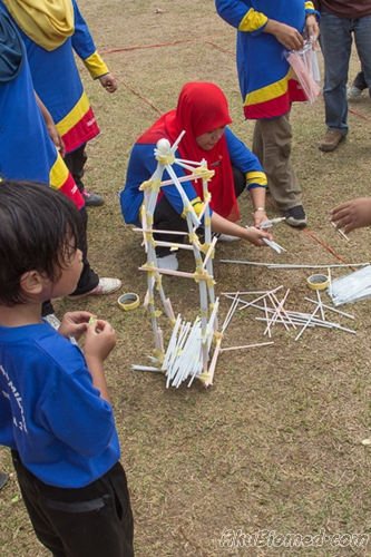 membina menara dengan straw