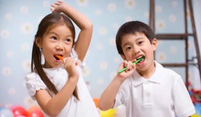 Anak menyikat gigi