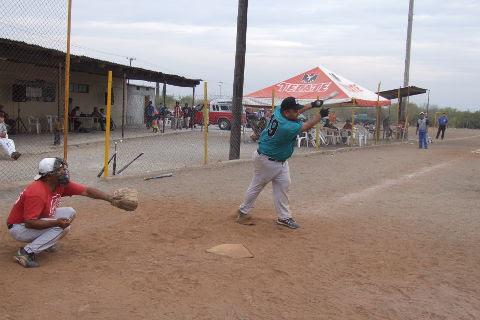Edgar Lozano de Cerveceros en el softbol del Club Sertoma