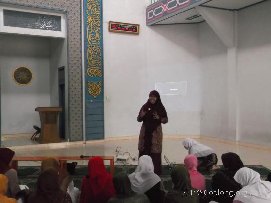 Ibu Siti Muntamah sedang mengisi pengajian ibu-ibu di Masjid Al Ukhuwah Lebak Gede