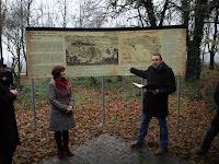 17 Tolnai Csaba bemtutja az új, felújított emlékhelyet.JPG