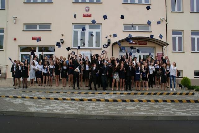 Zakończenie Gimnazjum przed budynkiem bis - DSC08134_1.JPG