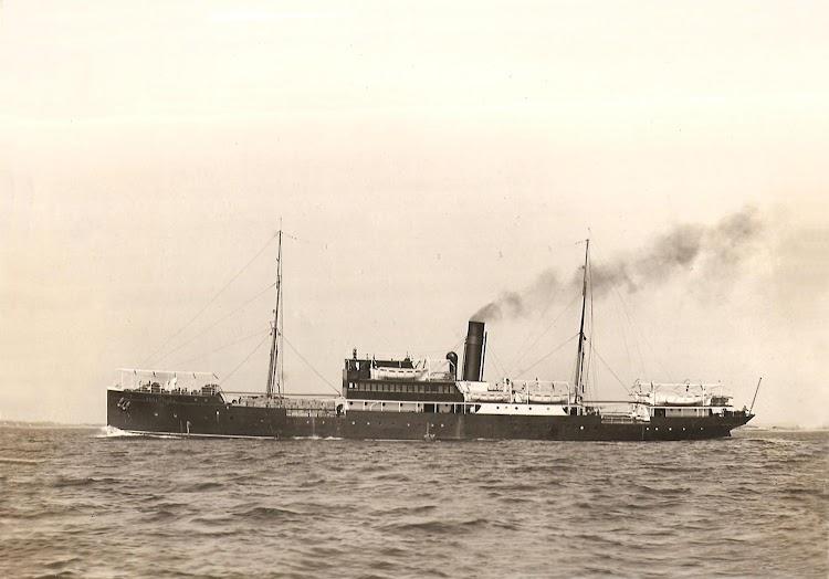 El REINA VICTORIA en navegación. Ca. 1920. Colección Salvador Cervantes de la Torre. Web Trasmeships.jpg