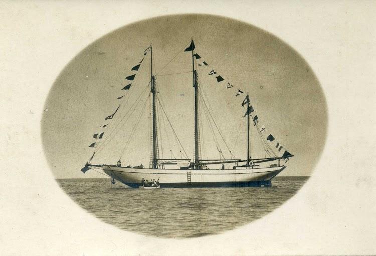El pailebot SABANELL mostrando su curioso aparejo. Postal. Museu Maritim de Barcelona. Nuestro agradecimiento.jpg