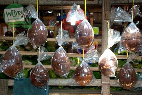 gula aren yang digantung di pasar tradisional malino