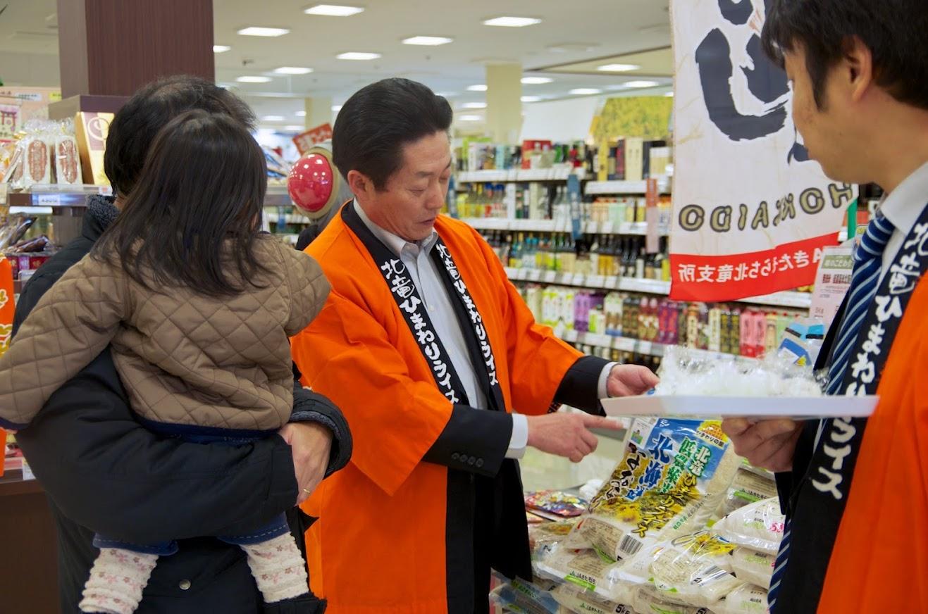 トレーサビリティが担保されている安心なお米であることを(生産情報農業JAS規格)説明する北清裕邦 地区代表理事