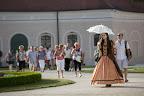 Barokk kori ruhát viselő kísérők vezetik a vendégeket a fertődi Esterházy-kastély udvarán a Múzeumok éjszakáján, 2016 (MTI Fotó: Nyikos Péter)