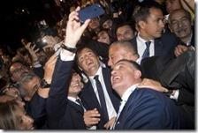 Matteo Renzi mentre fa un selfie