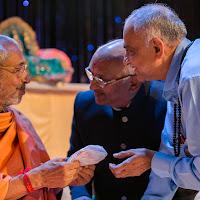 Vashikaka Hemantbhai presenting gift to Swamiji.jpg