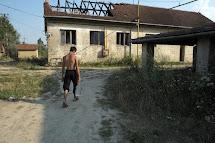 Mladý muž nese láhve plné vody. Na své cestě se zastavil v opuštěné cihelně v srbské Subotici. (Foto: Iva Zímová pro ČvT)