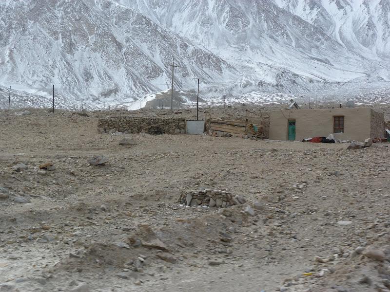 XINJIANG. Karakoram Highway, lune des plus haute route au monde, en passant a 4400 m - P1280664.JPG