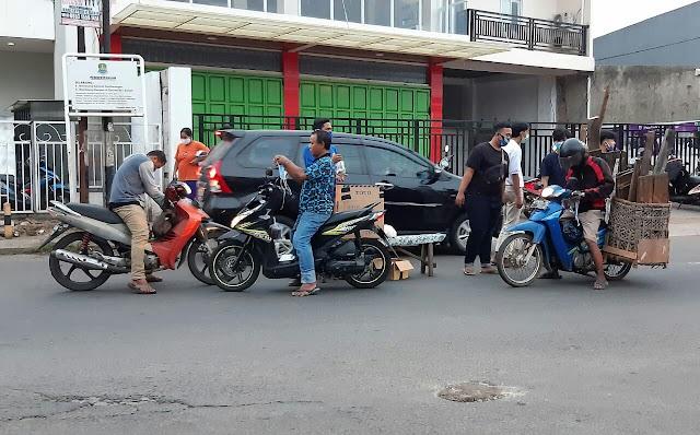 Mengisi Ramadhan , Karang Taruna RW 05 Bekasi Jaya Bagikan Takjil dan Masker Gratis Ke Pengguna Jalan