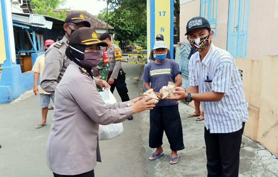 Polres Klaten Peduli, Bagikan 150 Nasi Bungkus Kepada Warga Cokro Kembang Terdampak Covid-19