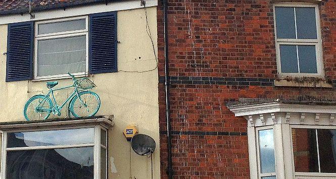 Fahrrad an Hausfassade in Bridlington, England