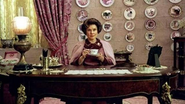 Neste mesmo dia 26 anos atrás, Dolores Umbridge assumia o cargo de professora de Defesa contra as Artes das Trevas