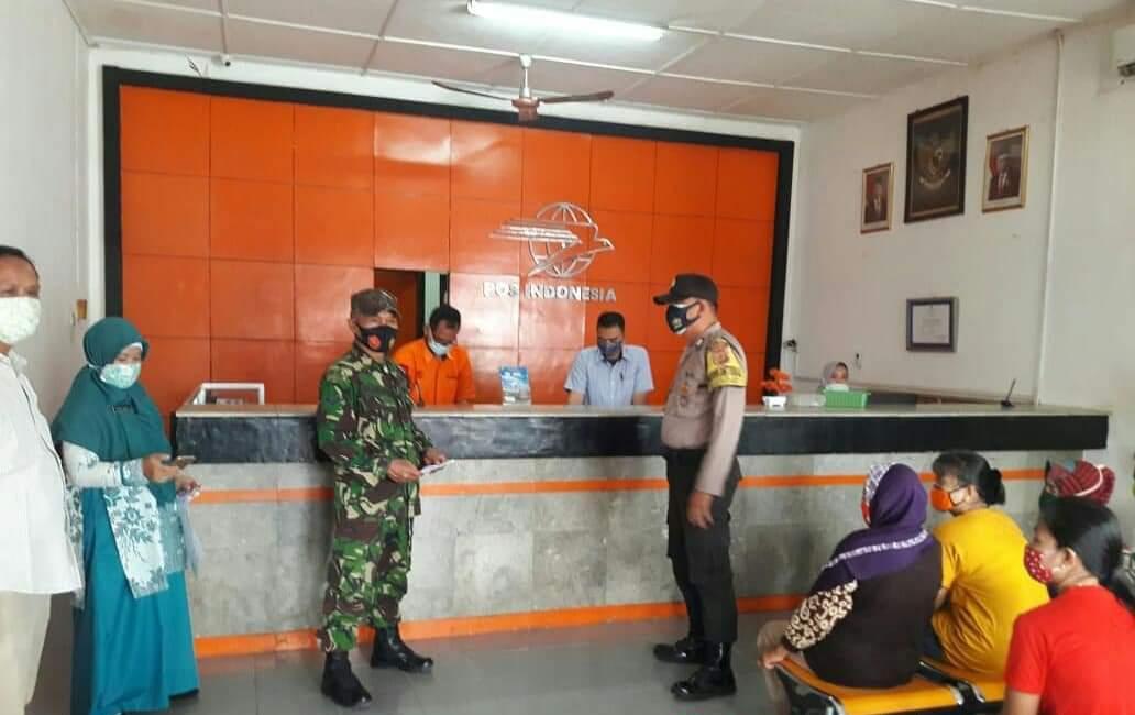 Kawal Distribusi Bansos, Bhabinkamtibmas Polsek Kadipaten Bersama Babinsa Sosialiasikan 3M Patuhi Prokes