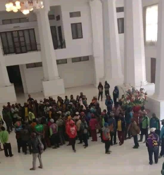 10 Bulan Pemda Tidak Merealisasikan Honor: Sejumlah Guru Kontrak Demo Bupati Paniai Meki Nawipa