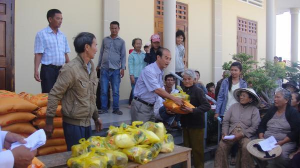 Hình ảnh Giáo xứ Hòn Khói thể hiện tấm lòng nhân ái qua việc chia sẻ quà tết cho 85 hộ gia đình nghèo trong giáo xứ lương cũng như giáo ngày ngày 04 tháng 02 năm 2016, nhằm 26 tết.