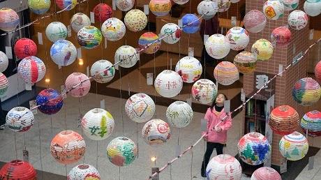 Một em nhỏ Đài Loan nhìn lên các lồng đèn được vẽ các hình trang trí cầu kỳ. (Ảnh:
