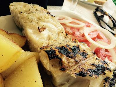 Grillet torsk med poteter og tomater som tilbehør.