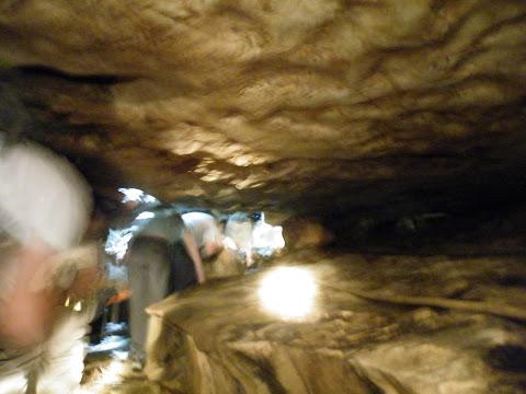 グアテリンガ洞窟内部をしゃがんで歩く